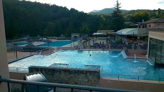 Chassiers, Frankreich: les piscines,le bar,le paysage
