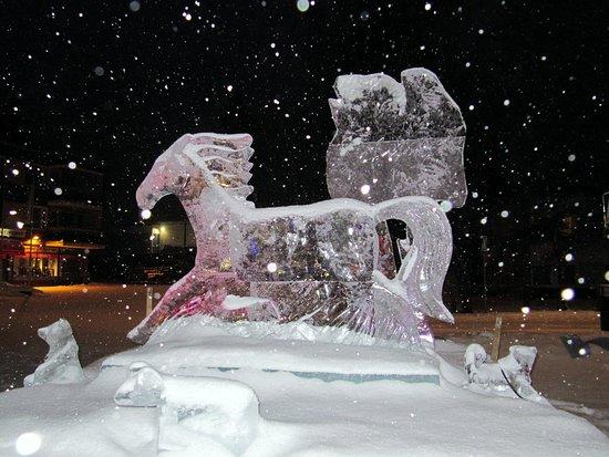 Kangasniemi, Finlandia: Jääveistos talvisella torilla