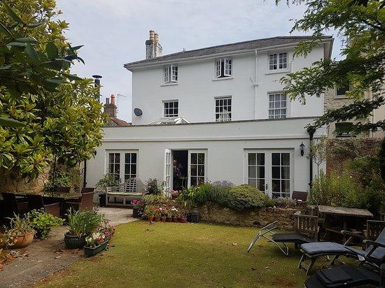 Seaview, UK: White Cottage rear garden