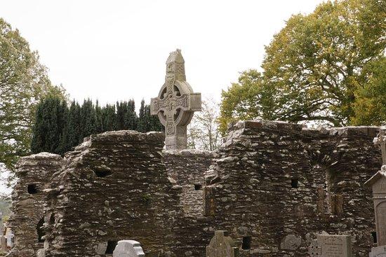 County Louth, Irlanda: High cross peeking over the ruin