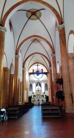 Basilica San Michele Maggiore: La navata centrale con le ardite volte a crociera in muratura
