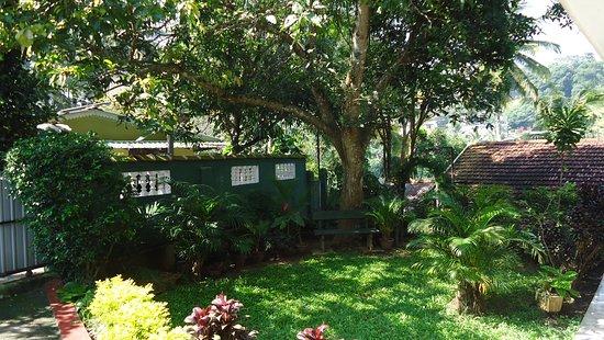 Kundasale, Sri Lanka: Garden and sitout area