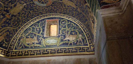 Mausoleo di Galla Placidia: Picture does not do the actual mosaic justice! Colors are so vibrant for being so old!