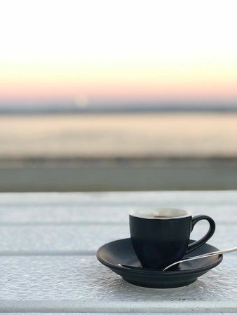 Woody Point, Australia: Morning coffee along the waterfront