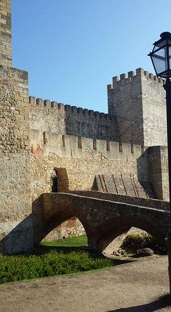 Castelo de Sao Jorge : l'interno del castello con il percorso sulle mura