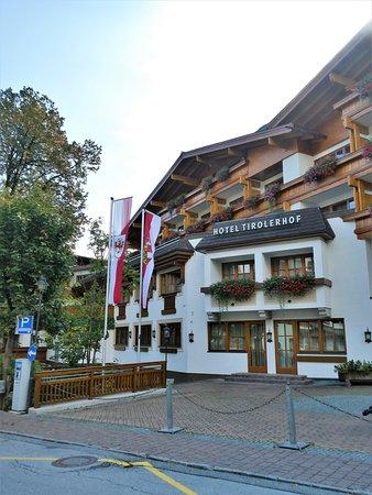 Hotel Tirolerhof: Rear of the hotel.