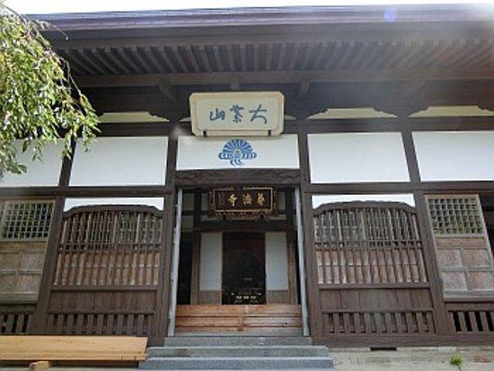 Murakami, Nhật Bản: 本堂前にて