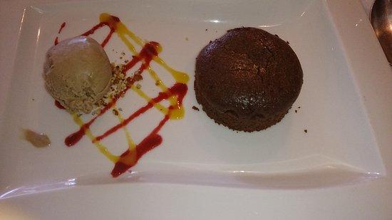 Coubert, France: Moelleux au chocolat avec glace noisette
