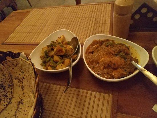 Tiggur, Ấn Độ: チキンのカレー、じゃがいもといんげんを炒めたもの