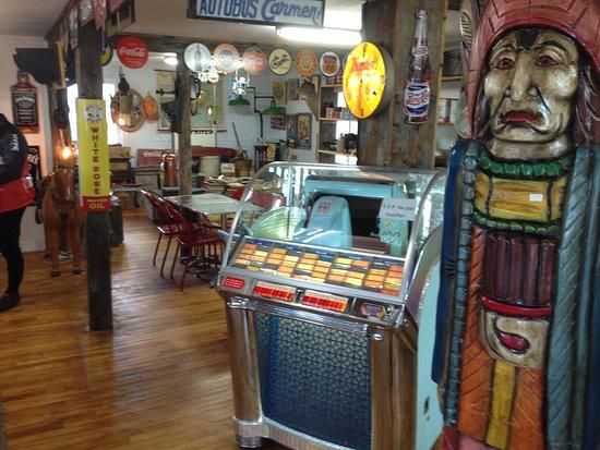 Bar Laitier & Boutique Route 138: Des trucs pour collectionneurs à vendre