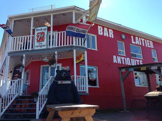 Saint-Hilarion, Canada: On peut manger dehors près de la route 138