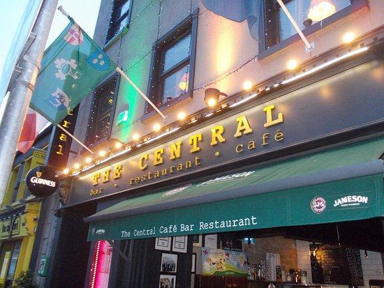The Central Bar and Restaurant: L'esterno del pub