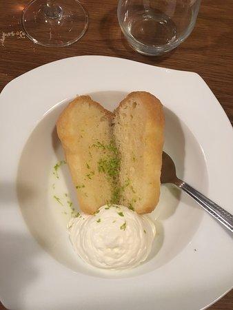 Magny-les-Villers, França: Dessert du repas : Baba au rhum aux agrumes