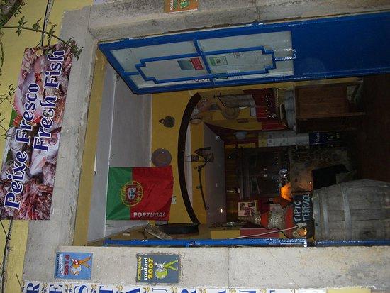 Restaurante Patio: Dans une petite rue pietonne sous les bougainvilliers ..