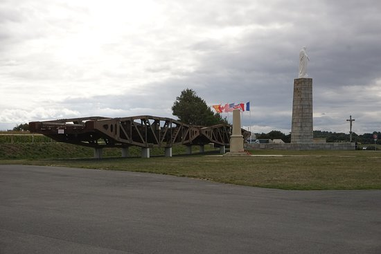 Arromanches 360: Some samples of the floating bridges that were used