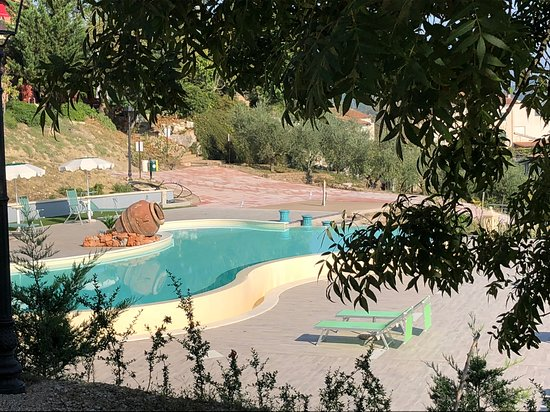 Sant'Andrea del Garigliano, Italia: Vista della piscina dalla casetta