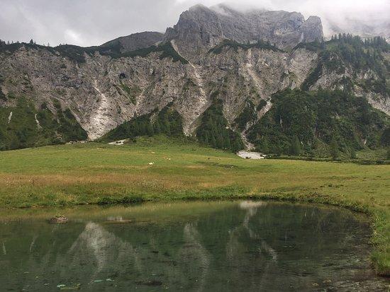 Pichl, Austria: Heidi´s Teich mit blick auf die Höhle der Wildfrauen