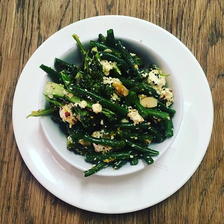Neo Cafe & Eatery: Roast Broccoli & Bean Salad