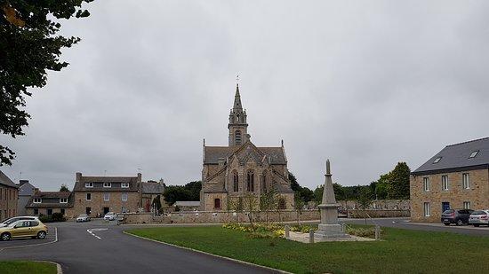 Louargat, France: Eglise et monument aux morts