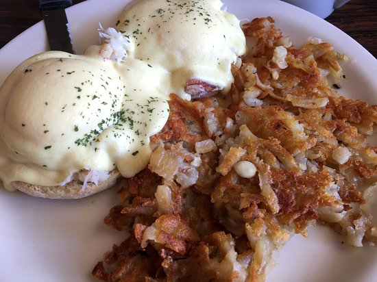 Hoodsport, วอชิงตัน: Crab Eggs Benedict with extra crispy hash browns.