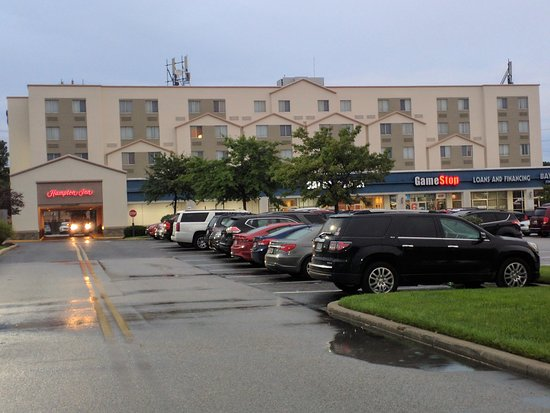 Hampton Inn Baltimore / Glen Burnie: Hotel with entry on left. Note shops on ground level.
