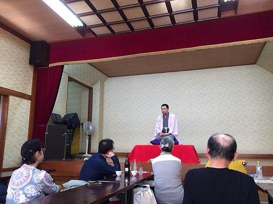 Ota, Japonya: 落語の会は温泉の2階の大広間で開催されます