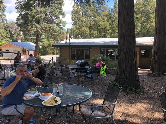 Palomar Mountain, Калифорния: Outside dining (they bring your food to the table, order inside)
