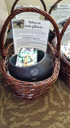 Looking Glass Inn : Love the little baskets for the doggies!