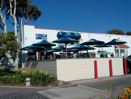 Greeter's Corner Restaurant: Dining patio of Greeters Corner restaurant in Laguna Beach, CA