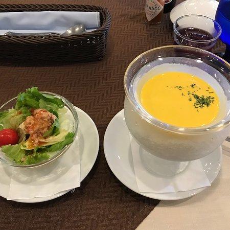 Gosen, Giappone: 冷製ランチスープとサラダです。