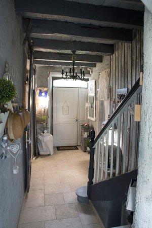 Évran, France: Treppenhaus - auch das ist schon sehr gemütlich und geschmackvoll