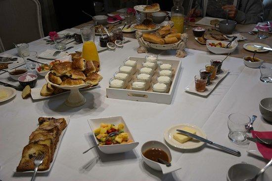 Évran, France: Ein kleiner Teil des tollen, frischen Frühstückbuffets am Gemeinschaftstisch