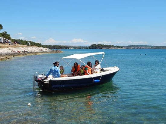 Premantura, Κροατία: fantastic day with the familiy with our rented boat around kamenjak