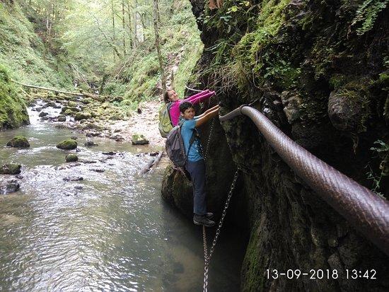 Arieseni, Rumænien: Crossing obstacles at Cheile Galbenei