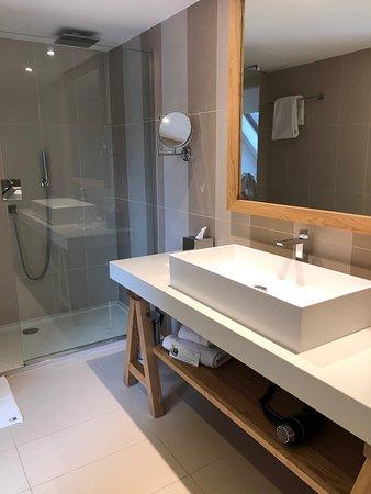 Très grande avec douche + baignoire - Picture of Le Castel Maintenon ...