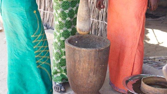 Mar Lodj, Senegal: Moliendo café.