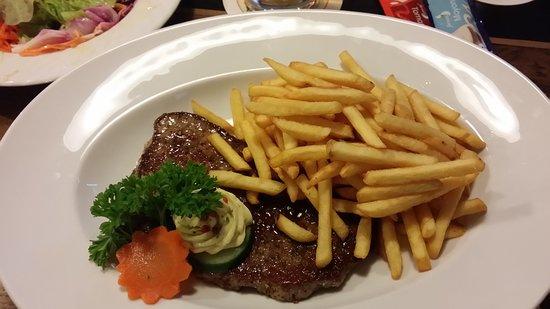Raubling, Germany: Steak mit Pommes