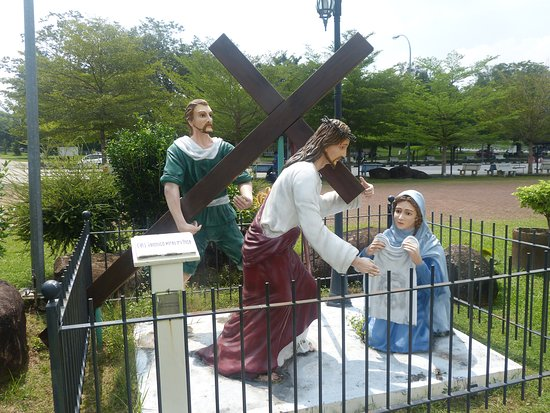 Bukit Mertajam, ماليزيا: statues in compound of the new church denoting stations of the cross