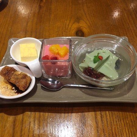 中国郷土料理 錦里, デザート 右から、抹茶の豆花・いちごプリン・ミルクレープ・黒糖もち