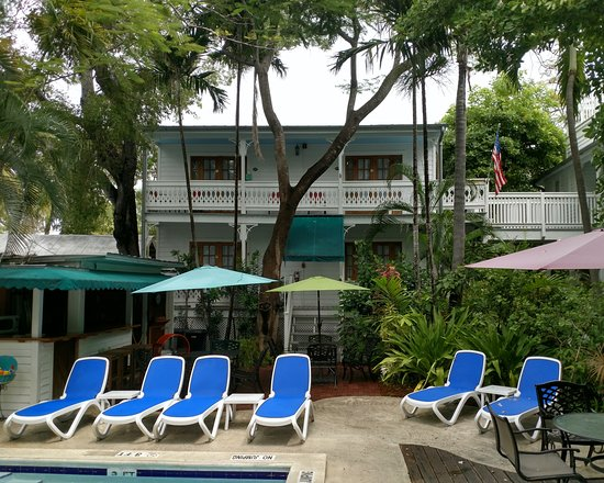 Key West Harbor Inn: Looking up at our 2nd floor king rooms from the pool area