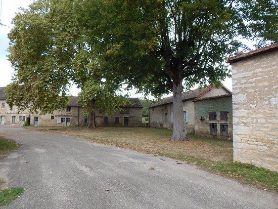 Mellecey, ฝรั่งเศส: Gebouwen voor de entree van Le-chateau-de-Germolles, bij deurtje links op de foto entree betalen