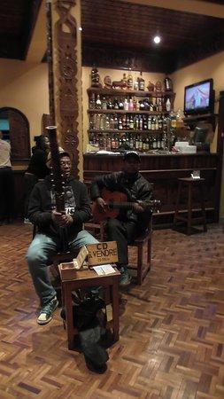 Ambositra, Madagaskar: Duo musicale in sala ristorazione-bar