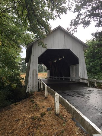 Corvallis, OR: Covered bridge, a classic in the area for jogging and walking