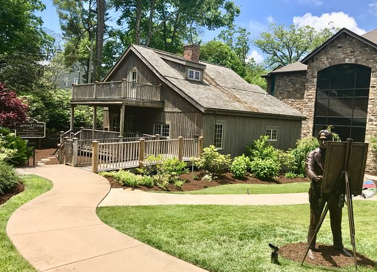 Blowing Rock, Carolina del Norte: Edgewood Cottage and statue of its original owner, Elliott Daingerfield
