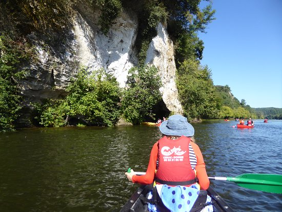 Cenac-et-Saint-Julien, Frankreich: Many other canoes on the river, checking out the short caves