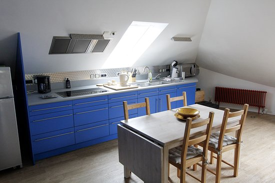 Hertsberge, Bélgica: kitchen and dining area in our 3 person studio/apartment