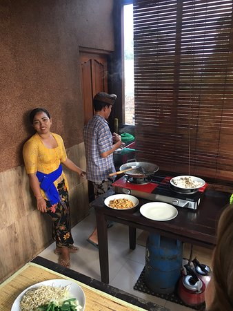 Paon Bali Cooking Class: Frying some of the food that we prepared