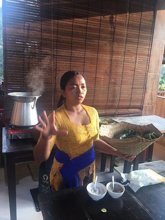 Paon Bali Cooking Class: Instructor explaining the cooking methods of Bali
