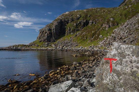 Vagsoy Municipality, Norway: Tydelig merket sti ut til Trollholet som ligger inne i den viken du ser her