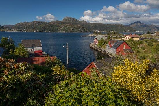Vagsoy Municipality, Norway: Den idylliske kystbygden Husevåg. vest for samfunnshuset er det et flott sjøhusområde.
